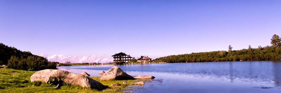 Старата хижа Безбог,която падна в езерото