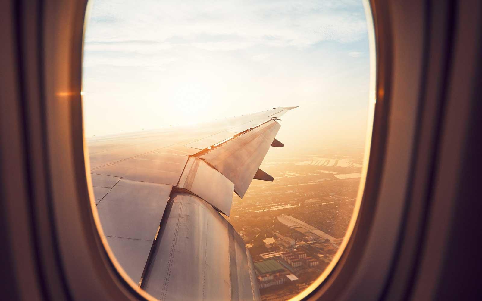 """Предизвикателството """"Fake a Plane Ride Challenge"""" има  хора, които използват тоалетни чинии и бутилки , за да изглежда, че пътуват със самолет"""